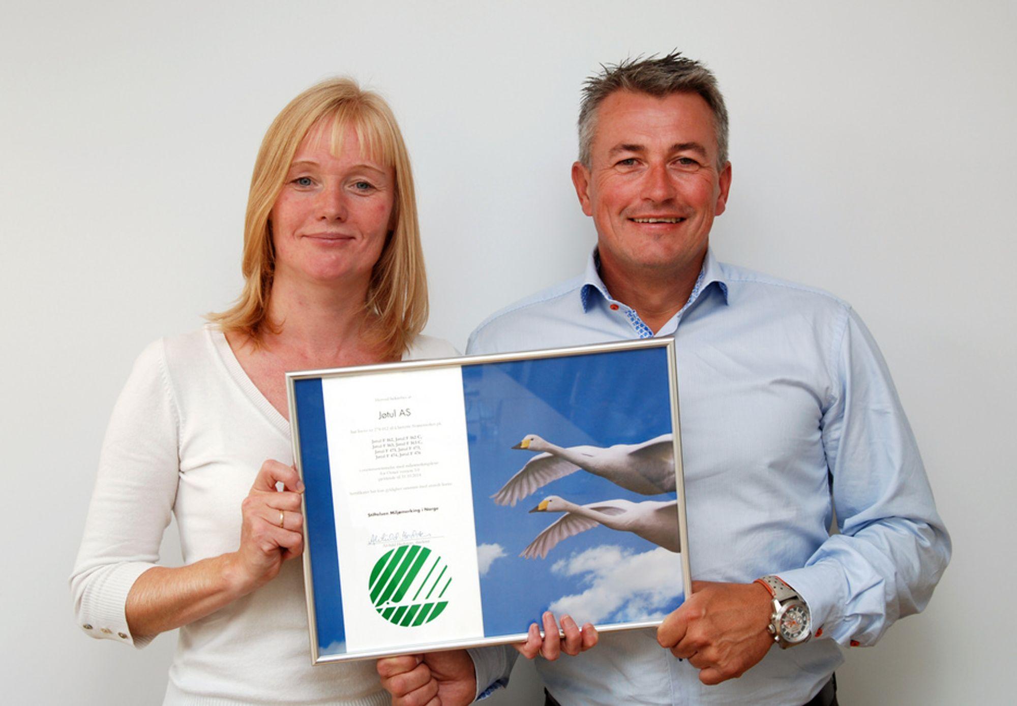 Jøtuls markedsdirektør, René Christensen, mottar lisensbevis for Svanemerket av Miljømerkings direktør Alvhild Hedstein.