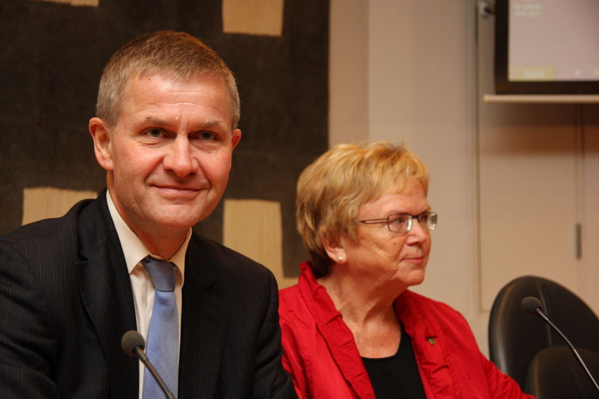 BEDRE LUFT: Regjeringen, her ved miljøvernminister Erik Solheim og samferdselsminister Magnhild Meltveit Kleppa vil gi byboere bedre luft.
