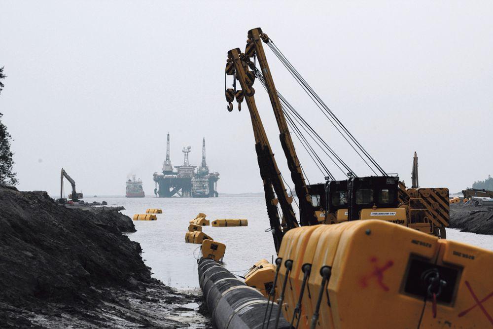 HVEM SKAL BETALE?: Gassindustrien investerer milliarder i produksjons- og transportfasiliteter. Bildet er fra Vyborg i Russland, der Nord Stream går i sjøen. Prislapp: 60 milliarder NOK.