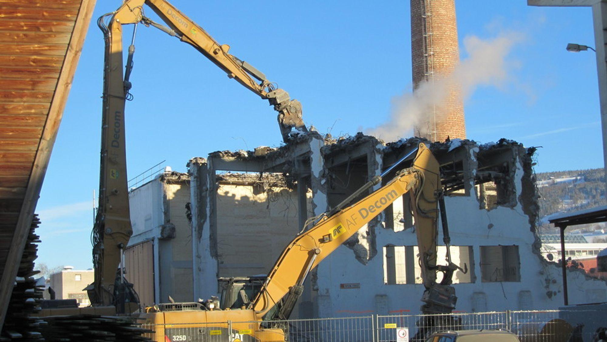 RIVES: Den gamle energisentralen ved bioenergianlegget til Moelven Langmoen rives til fordel for en ny som skal stå ferdig i november i år.