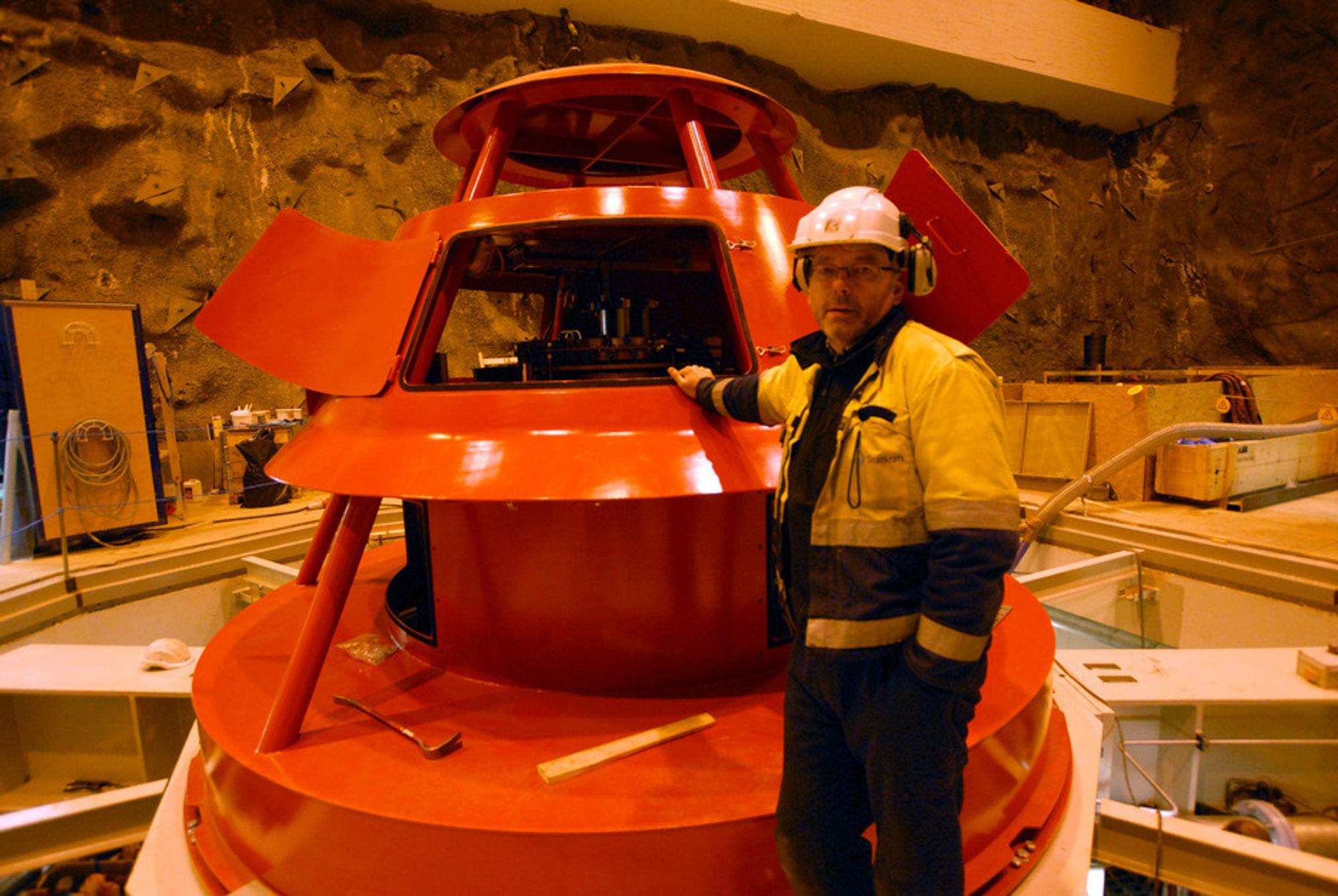 UTSATT: Kraftverksjef Karl Svein Thorrud viste i desember fram det nye aggregatet i Svartisen kraftverk. Få dager senere ble idriftssettelsen utsatt på grunn av en skade på statoren.