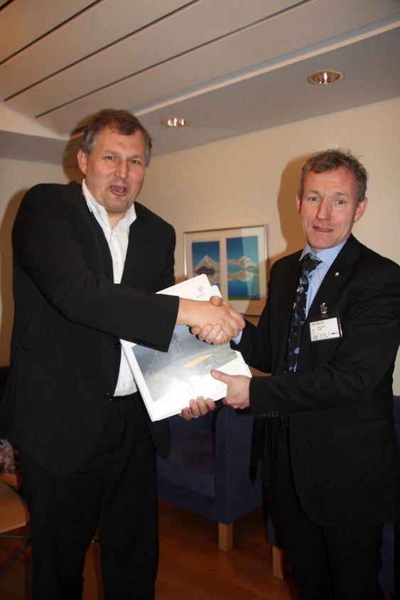 Terje Riis-Johansen og Ivar Aasheim under overrekkelse av PUD for Visund Sør