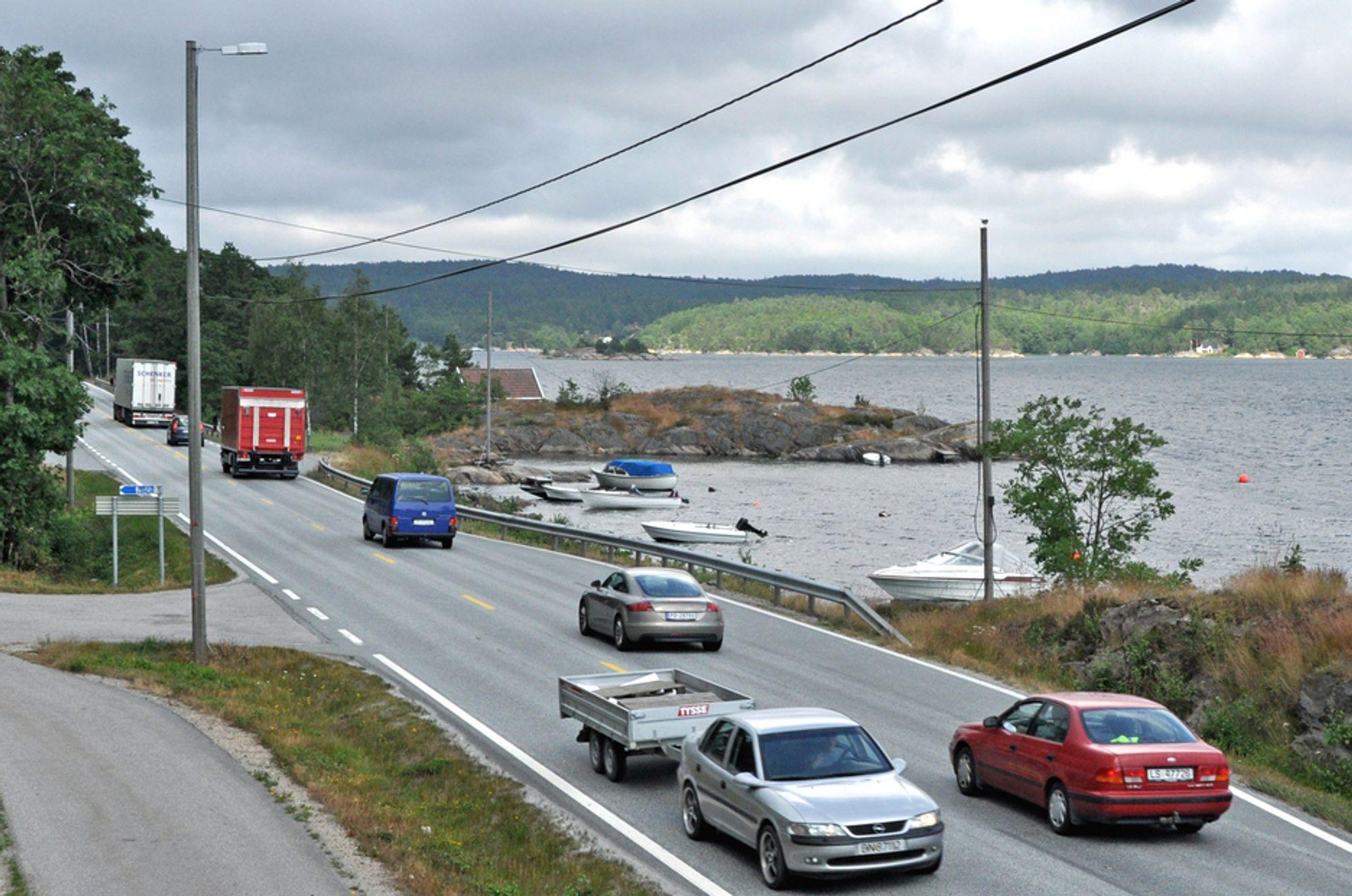 Mesta kan miste to av tre driftskontrakter, men ligger an til å beholde området Arendal vest. Til dette området hører riksveg 420 langs Kaldvellfjorden i Lillesand. Bildet er tatt mens vegen ennå het E 18.