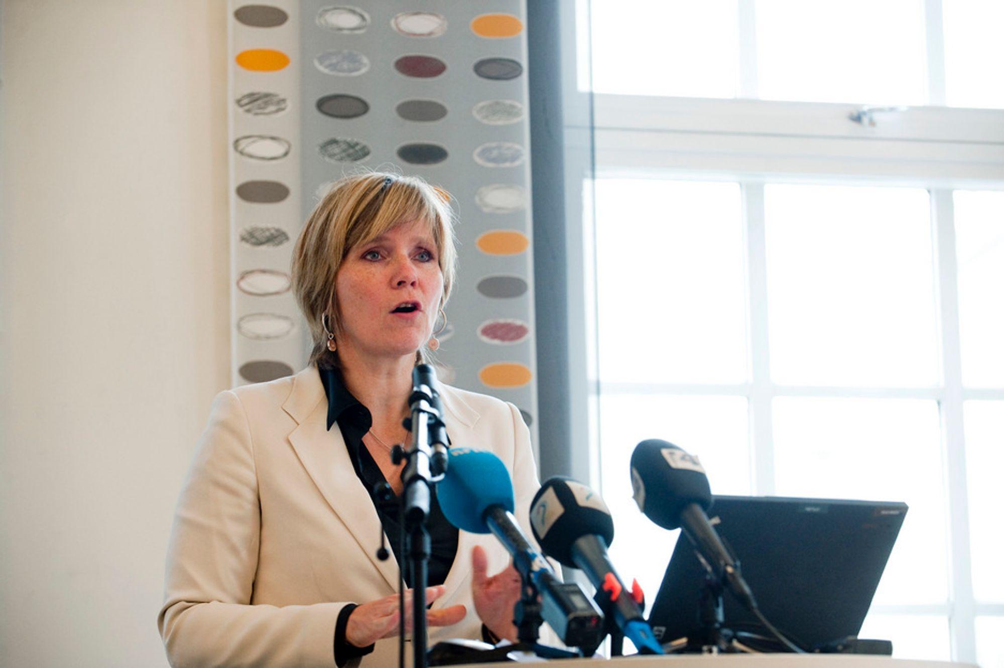 Konkurransedirektør Christine B. Meyer under pressekonferansen i asfaltsaken 17. oktober der hun kunngjør at Veidekke vil slippe å betale et gebyr på 270 millioner kroner mens NCC må betale et gebyr på 165 millioner.