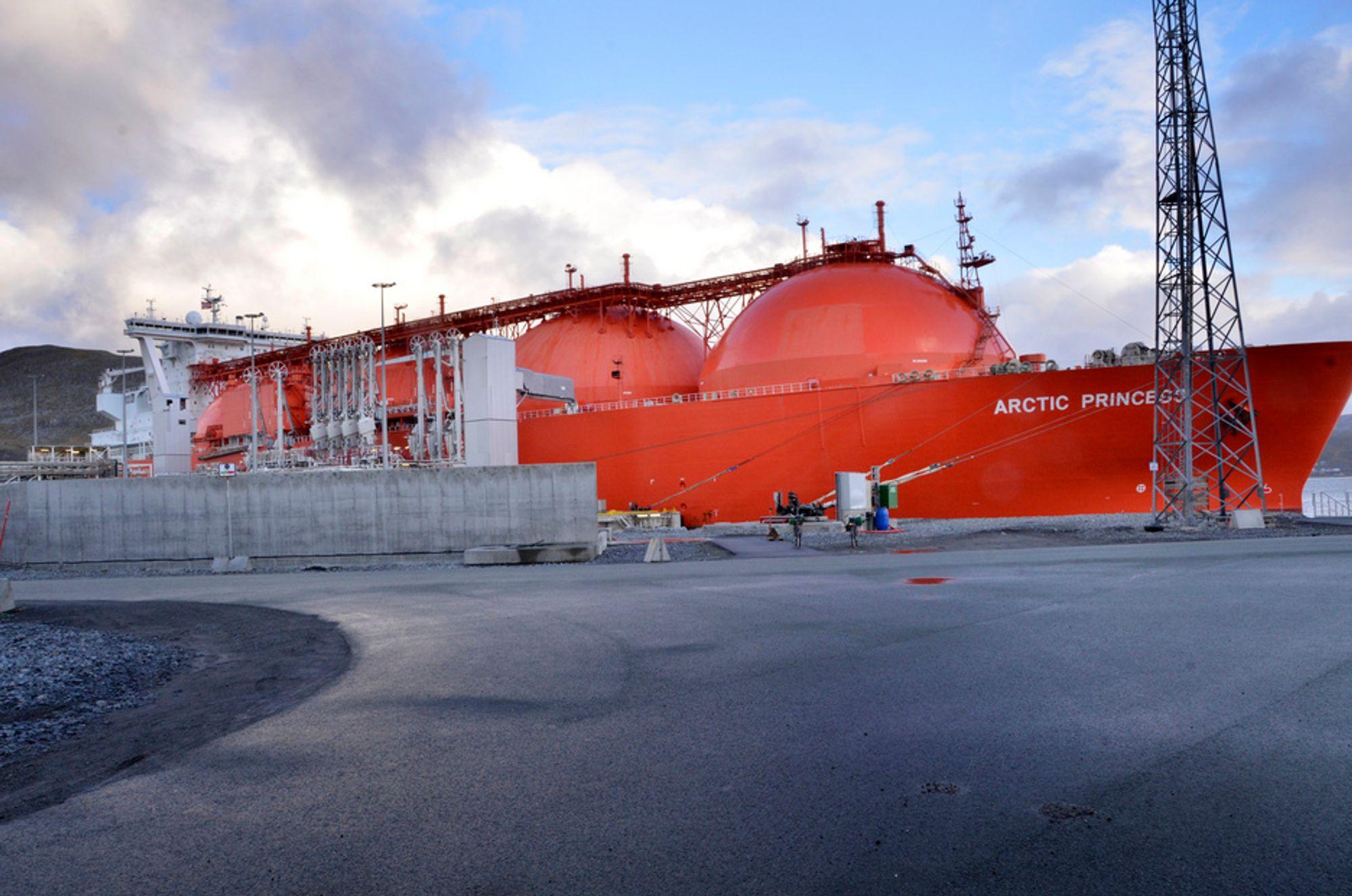 FOR LITEN KAI: Kaianlegget på Melkøya er tilpasset gårsdagens LNG-fartøy. De fartøyene som leveres nå er større og er for store for kaianlegget.