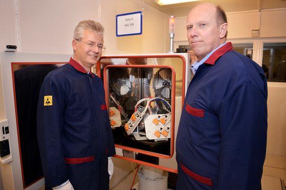GRUNDIG TEST: Leder av utviklingsteamet Reidar Holm og Terje Kivsterøy ved teststasjon for termisk testing av STIM210. For hver eneste gyro samles det inn 6 gigabyte med testdata før den pakkes ned og forlater bedriften i Horten.