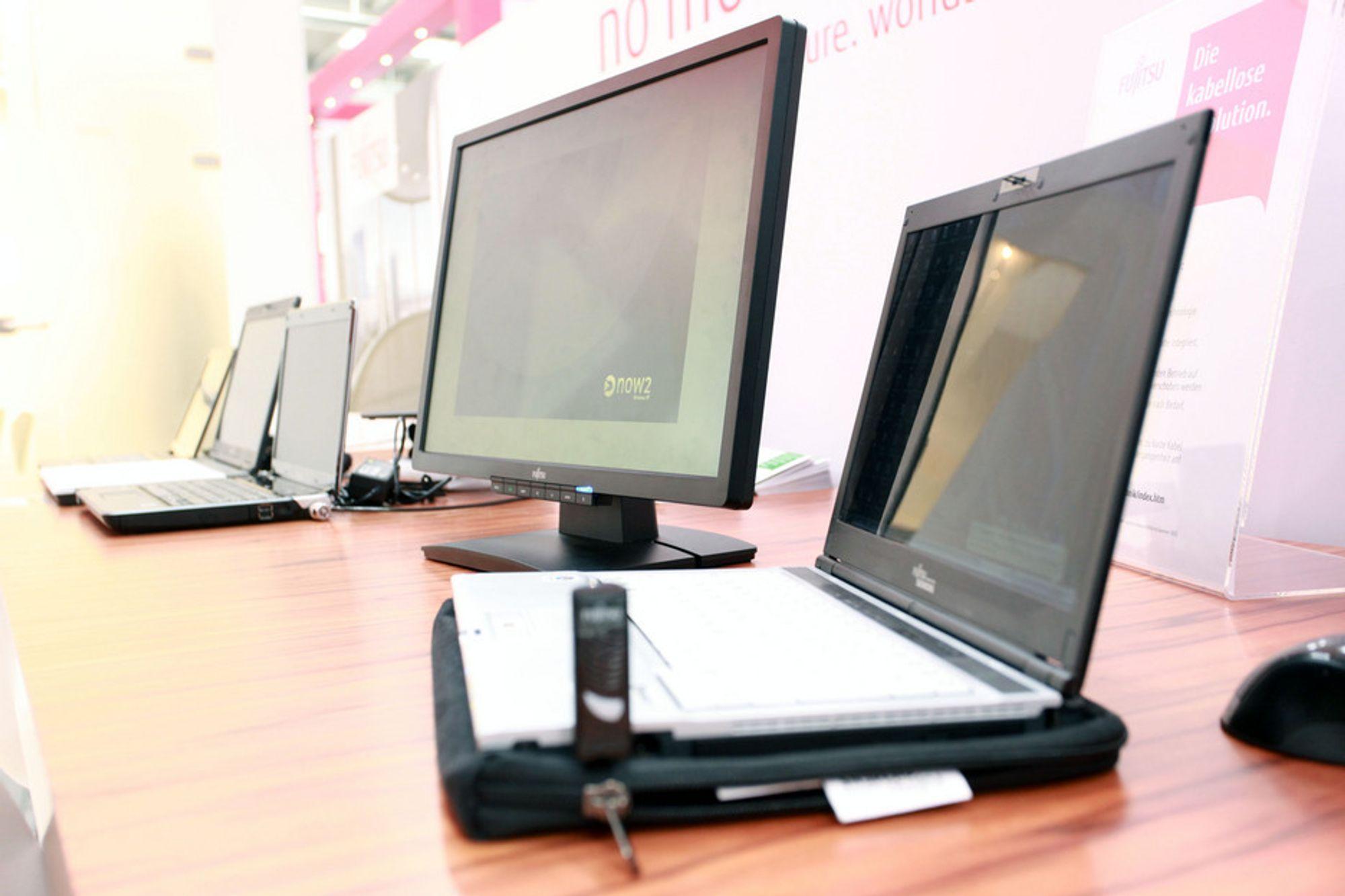 CEBIT: Med en WirelessUSB-sender og et skrivebord med innebygget induksjonsspole fungerer Fujitsus nye skjerm helt uten kabler.