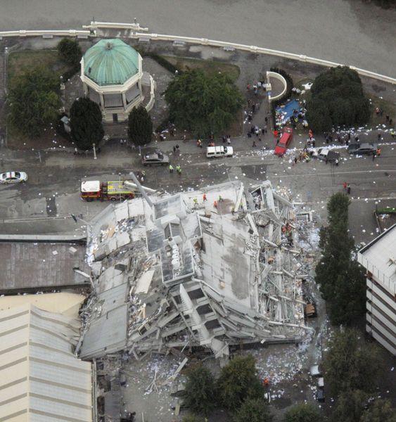 IKKE SKJELVSIKKERT: Pyne Gould Corporation-bygningen i Christchurch på New Zealand kollapset av jordskjelvet som rammet byen hardt 22. februar. Det var andre gang på fem måneder byen ble rammet av jordskjelv, og bygningen ble erklært jordskjelvsikker etter å ha kommet uskadet fra det forrige skjelvet. Men den klarte ikke et nytt.