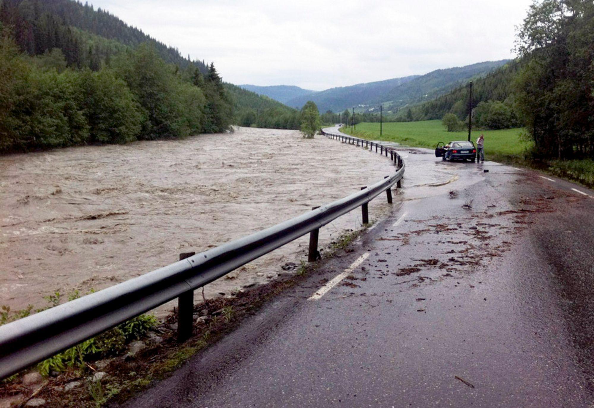 De store nedbørsmengdene den siste tiden har gitt flom på Østlandet, men også et voldsomt tilsig i kraftmagasinene. Her elva Gausa ved fylkesveg 255 ved Bødal i Vestre Gausdal