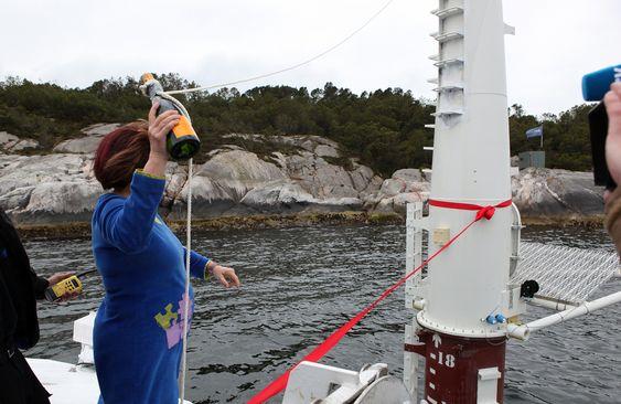 DÅPEN: Gudmor Gunn Ovesen, direktør i Innovasjon Norge,  står klar med flasken som skal knuses under dåpen av Sway 1.
