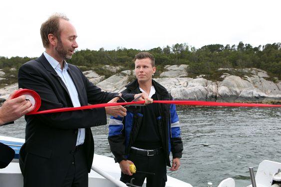 Trond Giske klippet den røde snoren under åpningen av Sways pilotanlegg.
