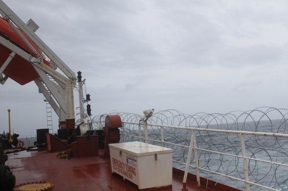 BESKYTTELSE: Nordic American Tanker Shipping setter opp piggtrådgjerder når de seiler inn i Adenbukta.