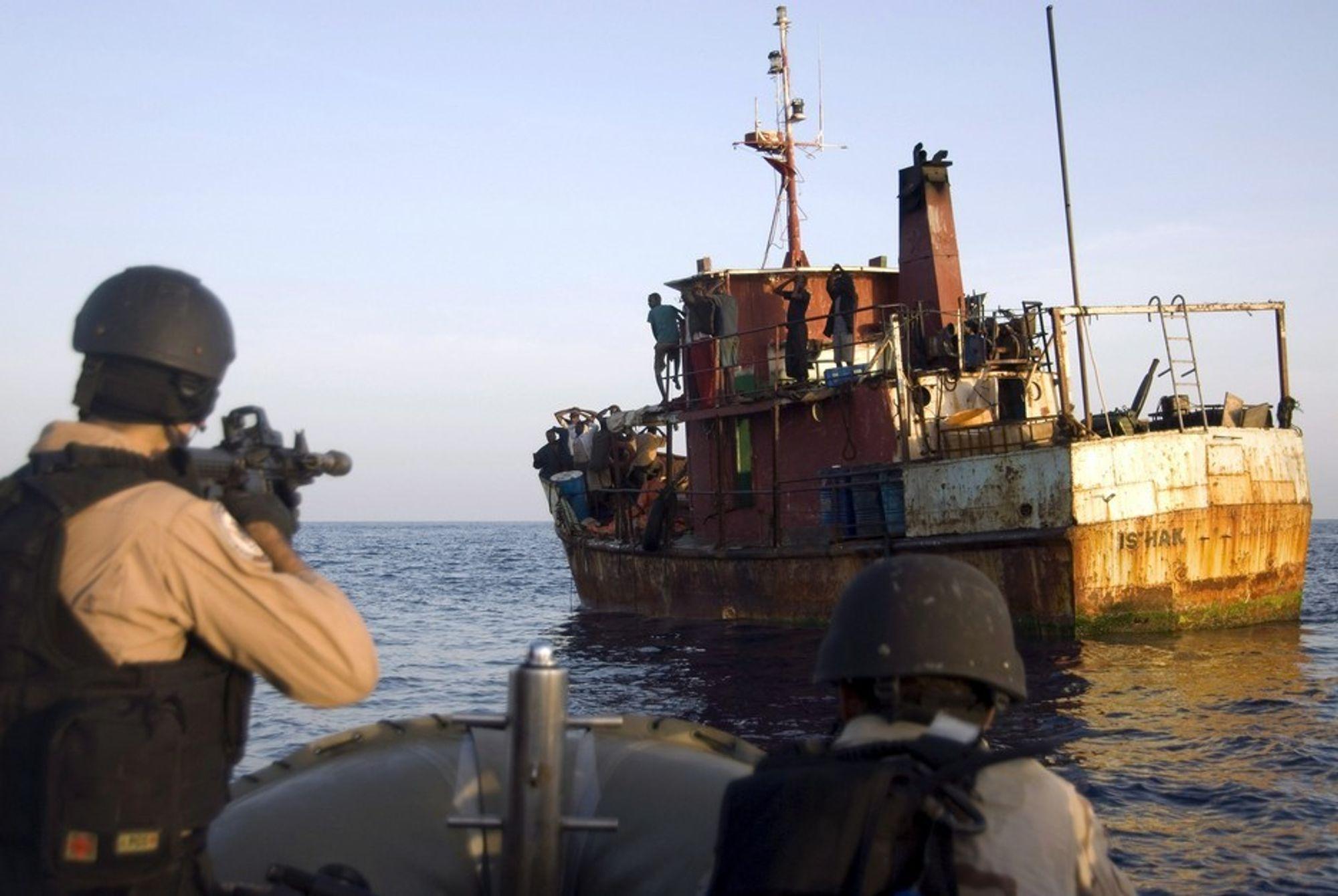 HOLDT: Nederlandske soldater arresterer pirater i Adenbukat utenfor Somalia.