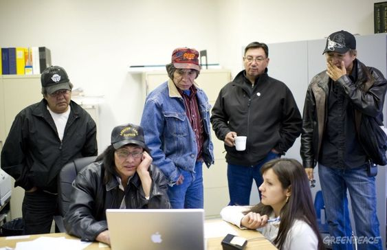 May 6, 2011 - Little Buffalo, Alberta, Canada - Tribe elders, including Chief Steve Noskey (2nd from left) look over aerial photos of the spill site. Crews work to clean up at Rainbow Pipeline's oil spill, the worst Alberta oil spill in 35 years, dumping 28, 000 barrels of oil into a wetland area at Evi, Alberta which is near Little Buffalo, Alberta, Canada. Rainbow Pipeline is owned by a Canadian subsidiary of Houston-based Plains All American Pipeline L.P. PHOTO BY ROGU COLLECTI / GREENPEACEPHOTO CREDIT MUST BE INCLUDEDONE TIME USE DO NOT ARCHIVE 28.000 fat olje har lekket ut i et indianerreservat i Alberta, Canada.