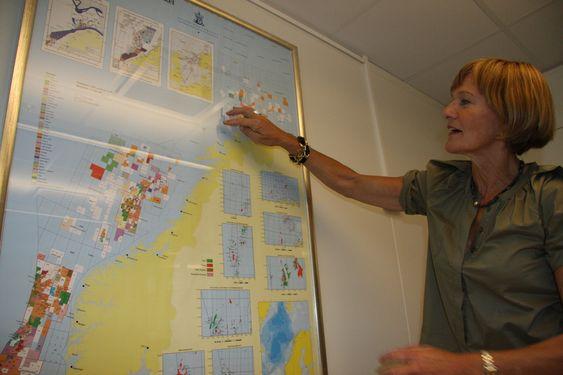 Gro Brækken OLF peker på kart og Barentshavet