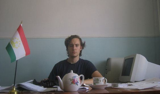 Jon Martinsen Strand poserer på sitt kontor i Tajikistan.