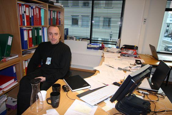 Bjørn Kåre Dahl med etterforskningssaker på skrivebordet.