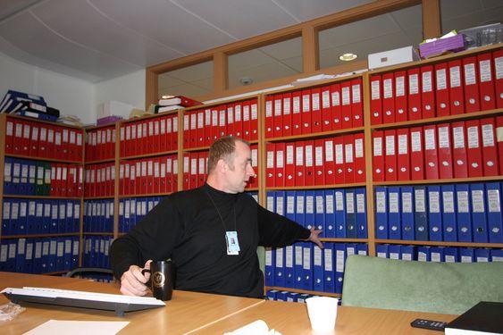 Politietterforsker Bjørn Kåhre Dahl ved politiets Nordsjø-og miljøseksjon viser frem arkivet. Her fra Nokas-saken.