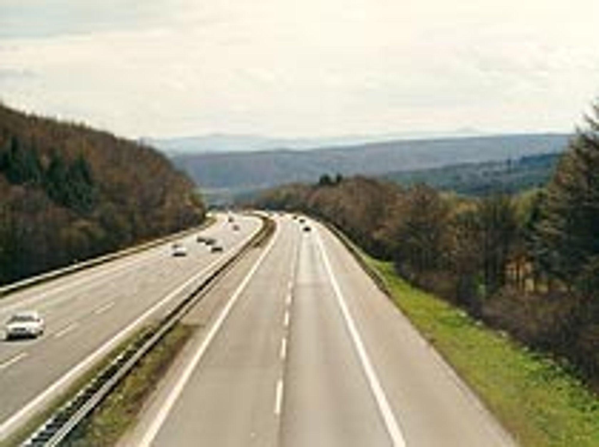 I Norge får du ikke se man ge slike motorveier. Her blir smalere, firefeltsveier i framtida kalt motorvei.