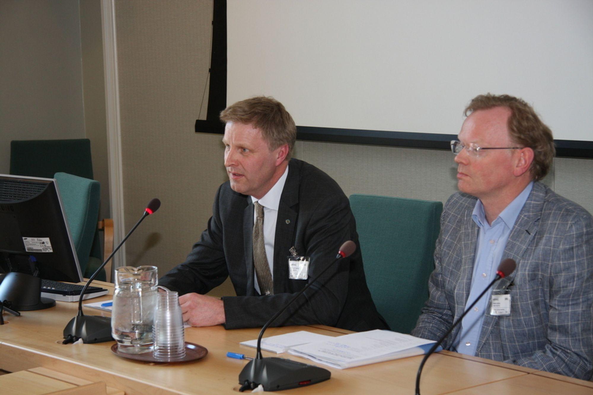 HØRINGEN: Norsk Industri Runar Rugtvedt (til venstre) ber ingeniører være edruelig når det gjelder lønnsnivå. Til høyre fagsjef Sindre Finnes.