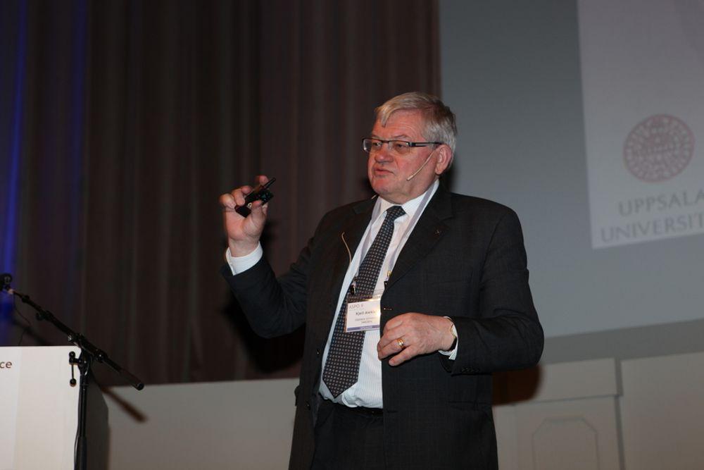 TØMMER FLASKEN: ASPO-president Kjell Aleklett er også fysikkprofessor ved Universitetet i Uppsala. Hvis verdens totale oljeressurser tilsvarer 22 champagneflasker på 100 milliarder fat hver, har vi nå drukket 11, sier han. To flasker gjenstår å finne, og vi har 9 igjen. Dette kan bety trøbbel, mener oljepessimistene.