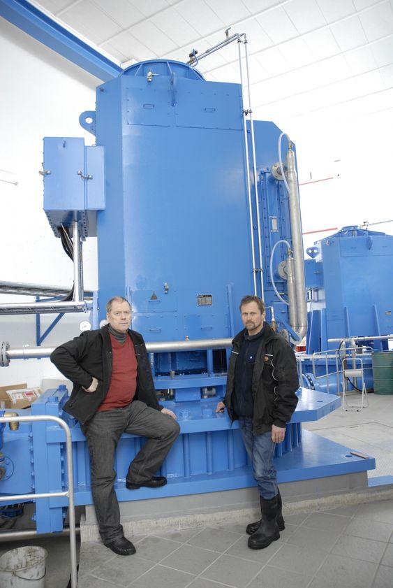 Egil Berge (t.v.) og Jan Trygve Veiberg foran generatoren i kraftverket de er medeiere i, i Eidsdal i Møre og Romsdal.