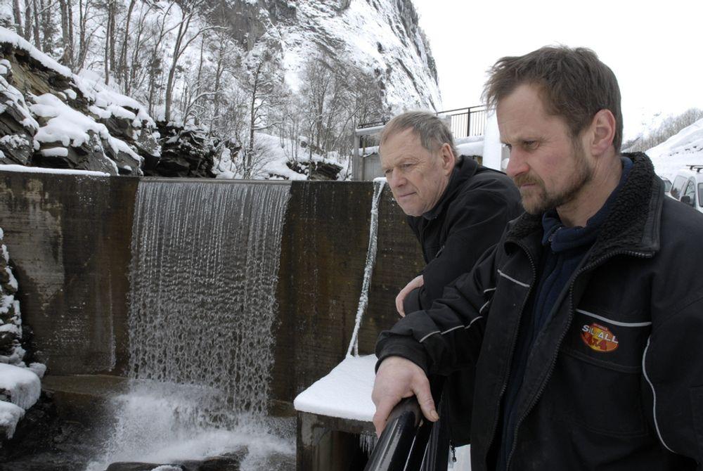 LAVERE PRODUKSJON: Kraftverket til Egil Berge (t.v.) og Jan Trygve Veiberg får ikke produsert så mye som det burde, på grunn av reglene for grunnrenteskatt.