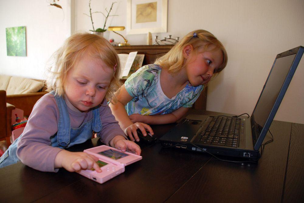 MOT STRØMMEN: Små jenter som leker med datautstyr eller teknologileker er ingen selvfølge. Mor holder igjen,  dermed stiller de bak guttene allerede fra skolestart. (Illustrasjonsfoto)