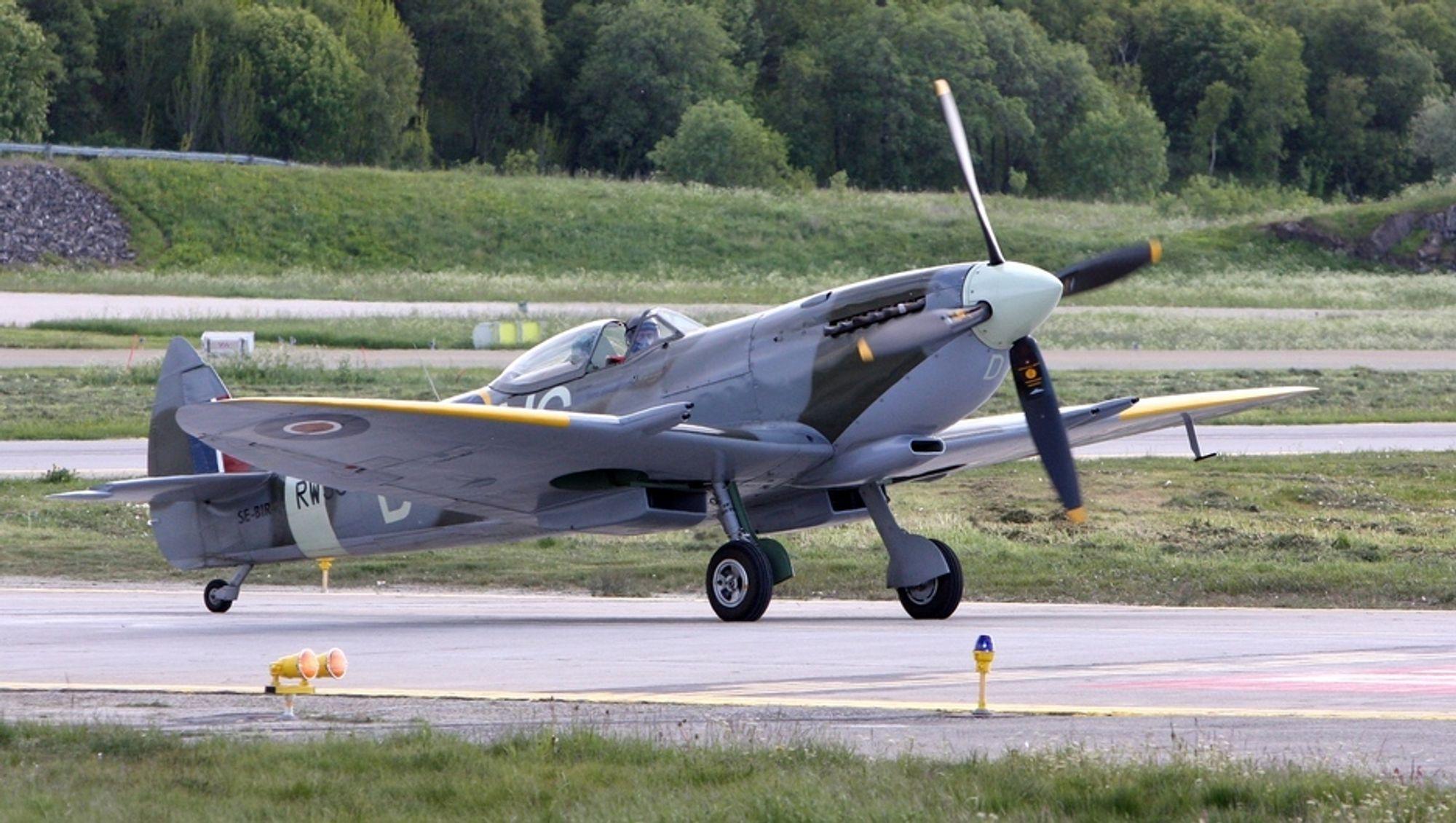 Bertil Gerhardt i Spitfire-flyet SE-BIR på Bodø lufthavn. Det var SE-BIN som havarerte på Tynset.