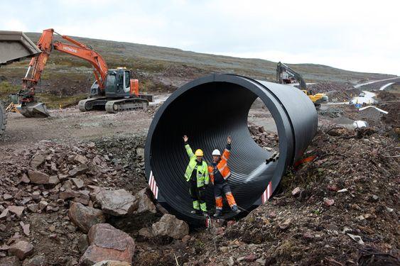 Enorme stikkrenner legger under den nye veien over Ifjordfjellet i Finnmark. Rørene er 3,5 meter i diameter, ett rør veier sju tonn og koster 500.000 kroner.