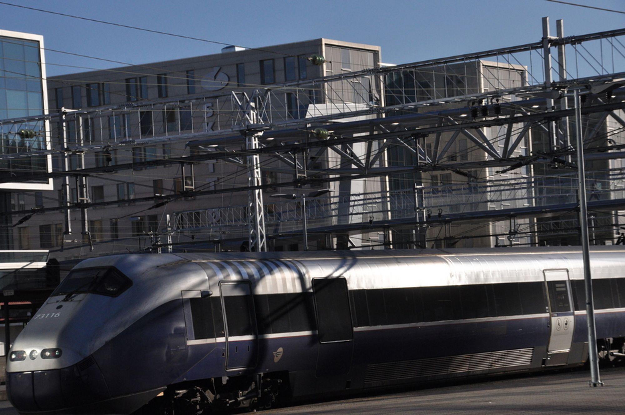 FORELDET: Det hjelper lite med nye togsett når strømforsyningen er foreldet og utdatert. Nå skal det investeres nesten seks milliarder kroner.