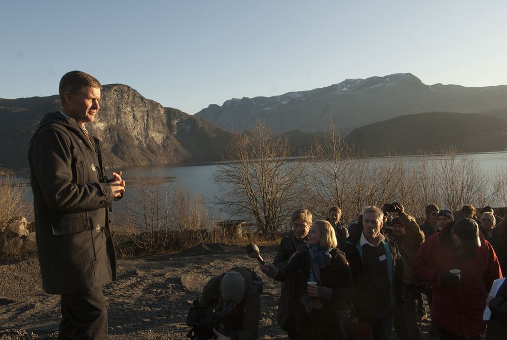 DEPONI: Miljøvernminister Erik Solheim på stedet der prosesseringsanlegget skal ligge. Ute i fjorden til høyre er deponiet planlagt.