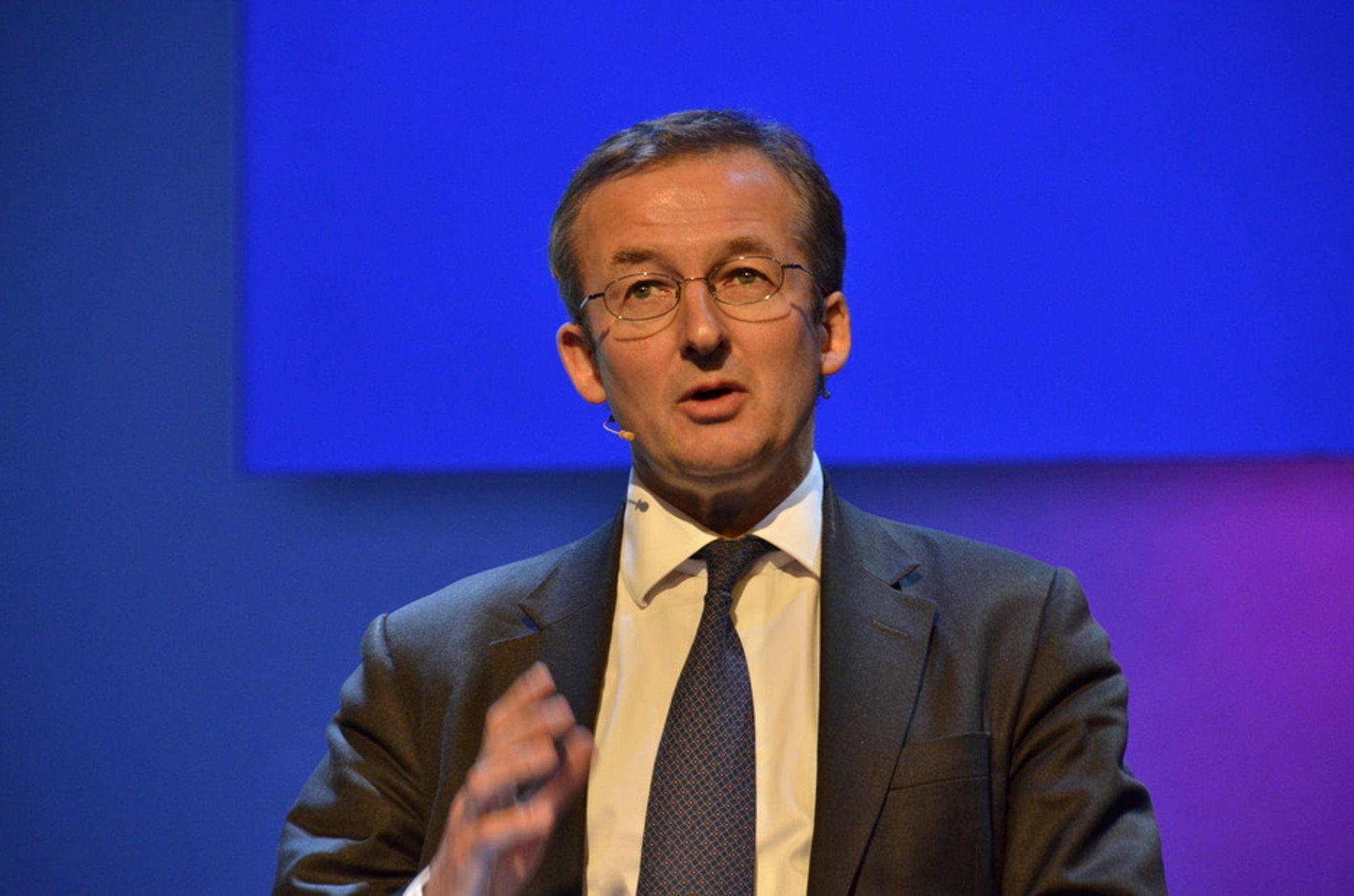 KREVER HANDLING: Dr. Dieter Helm sitter sentralt i klimaarbeidet i EU og er professor i energipolitikk. Han mener en global skatt på CO2 er det eneste tiltaket som kan bidra til å endre mønsteret med økte CO2-utslipp.