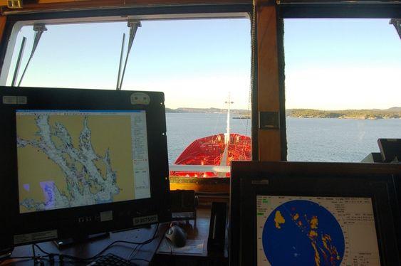 e-Navigasjon. Elektornisk kart og annet elektronisk navigasjonsutstyr om bord på skip. Skip skipsbro