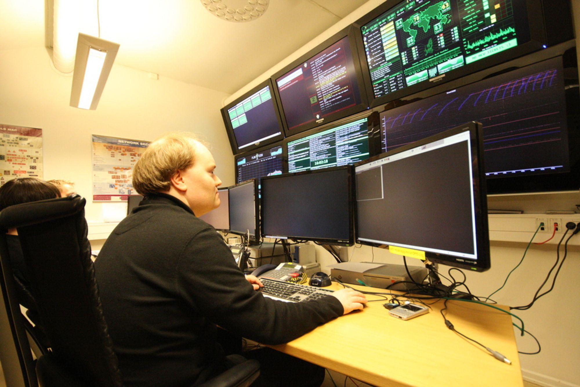 HENGER SAMMEN: De ugraderte og graderte nettverkene henger mer og mer sammen, blant annet med noe felles infrastruktur. Det gjør NSM bekymret.