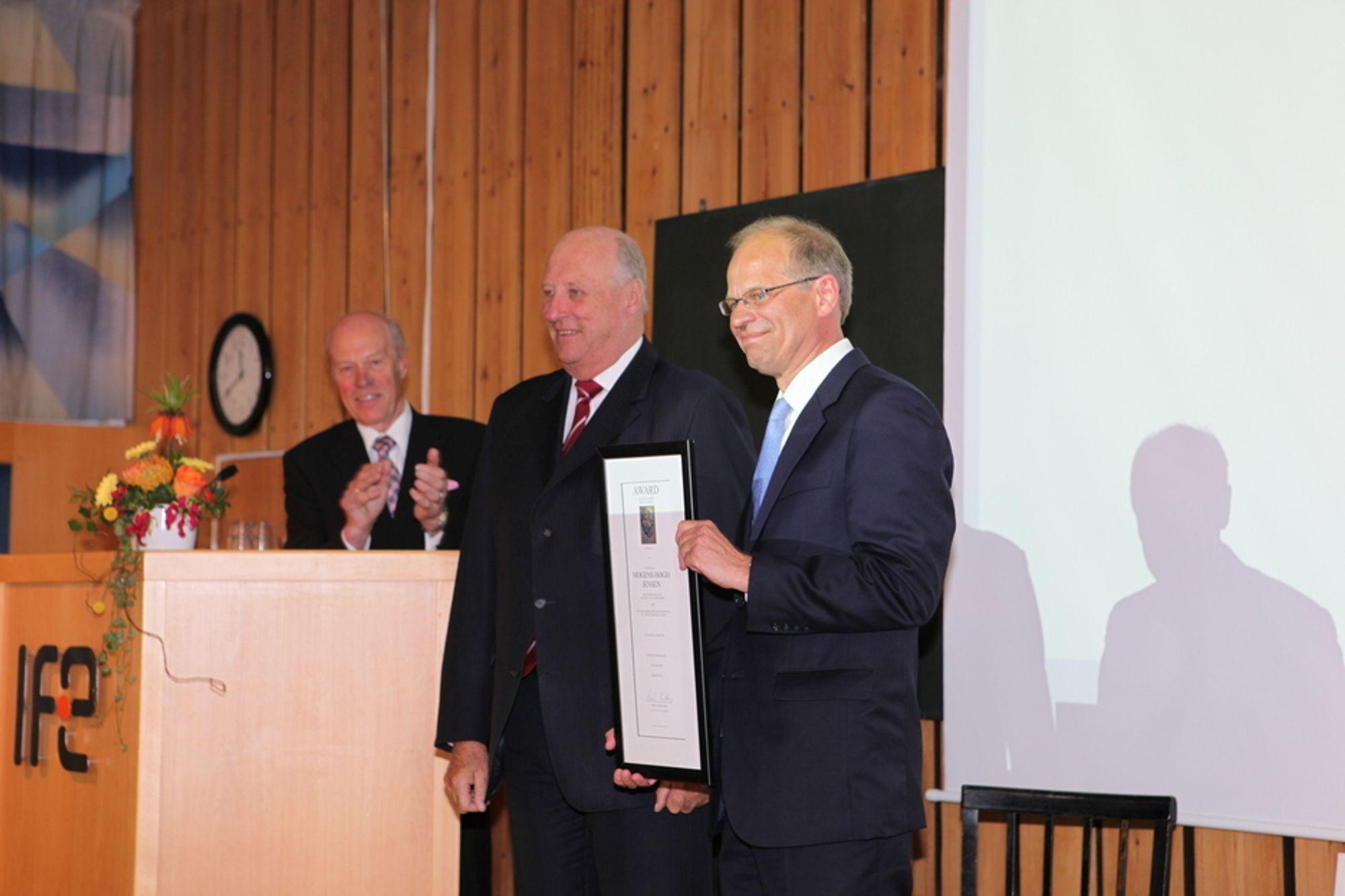 """OVERREKKELSEN: Her får Mogens Høgh Jensen prisen overrakt fra kong Harald V i formiddag. Jensen sier han er """"dypt beæret"""". I bakgrunnen juryformann Arne Skjeltorp."""