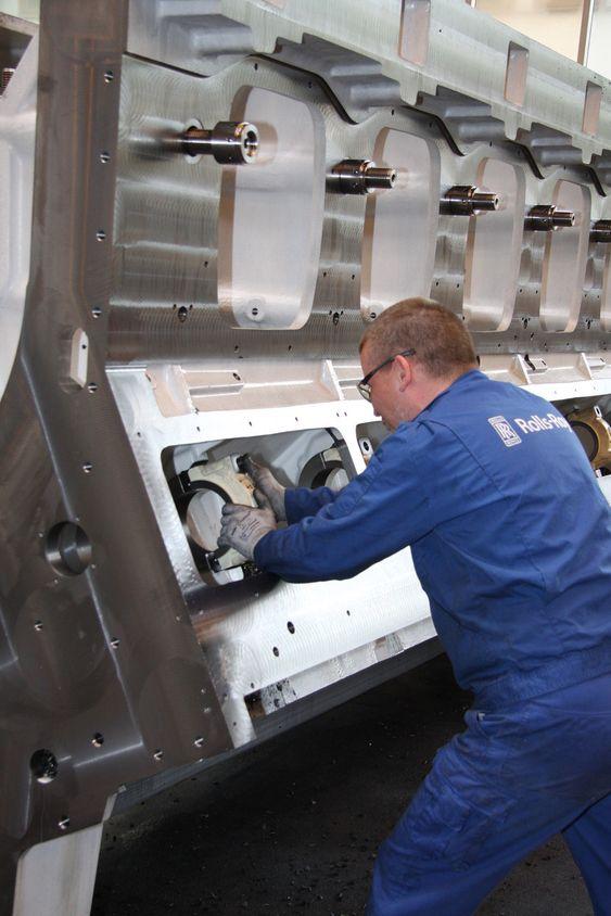 DIMENSJONER: De store motorblokkene ankommer Rolls-Royce som emner og maskineres spesielt i henhold til de ulike kunder.