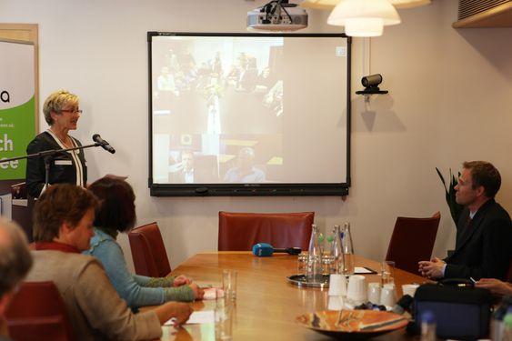 Kommunal- og regionalminister Liv Signe Navarsete t.v og daglig leder i Seevia t.h. I midten VideoNors kontor på videokonferanse fra Måløy.