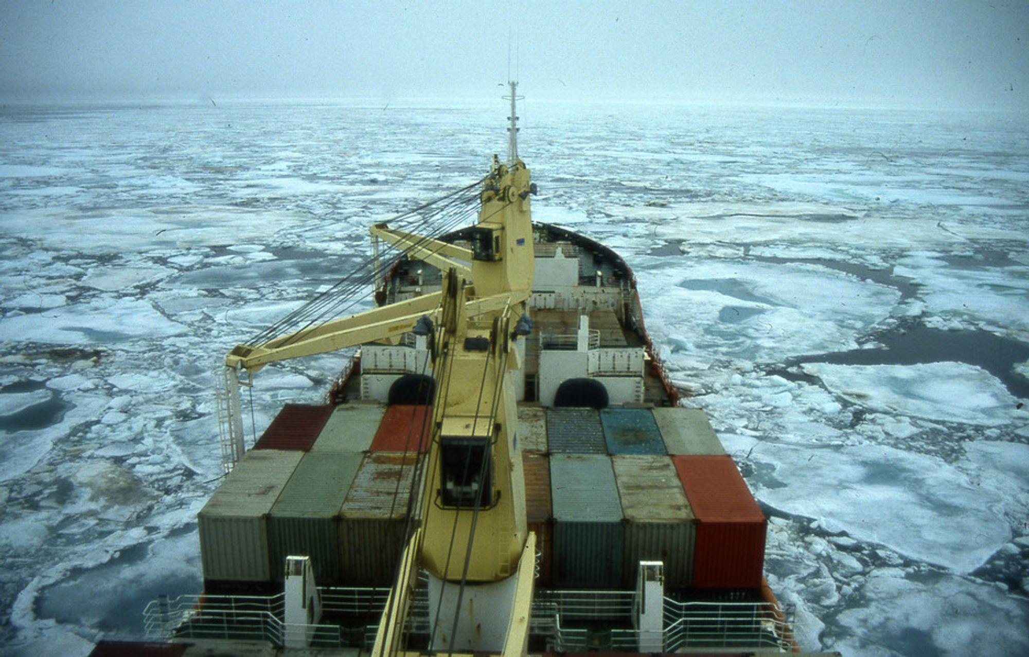 Nordøstpassasjen blir mer og mer isfri. Det skaper også muligheter, mener regjeringen.
