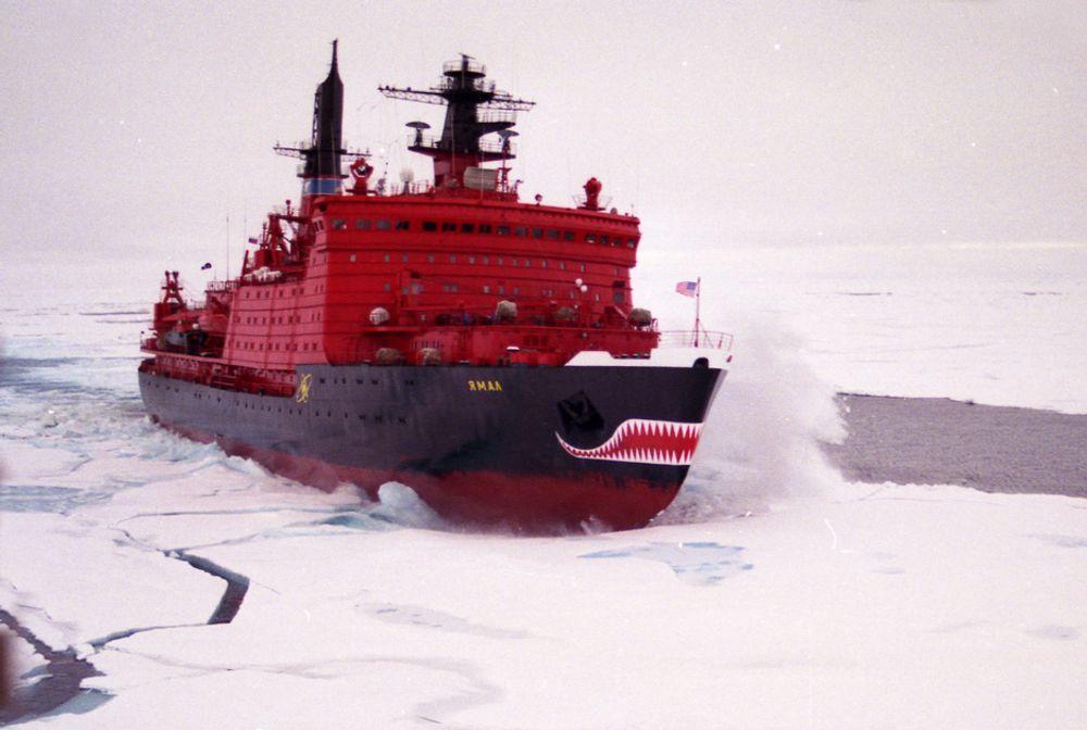 TUNG JOBB: Atomisbryteren Yamal bruker her alle sine 75,000 hestekrefter for å trenge gjennom isen i Polhavet på vei til Nordpolen. Isen er i gjennomsnitt ca. 2  2.5m tykk, men kan i sammenpressede skrugarder komme opp i 15  20m og mer.