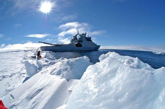 LITEN OG SPED:  KV Svalbard er Norges kraftigste isbryter med ca. 13.000 hestekrefter. Det er lite i forholdt til de russiske atomisbryterne som har opptil 75.000 hestekrefter. KV Svalbard vil ikke være i stand til å trenge gjennom isen i Polhavet.