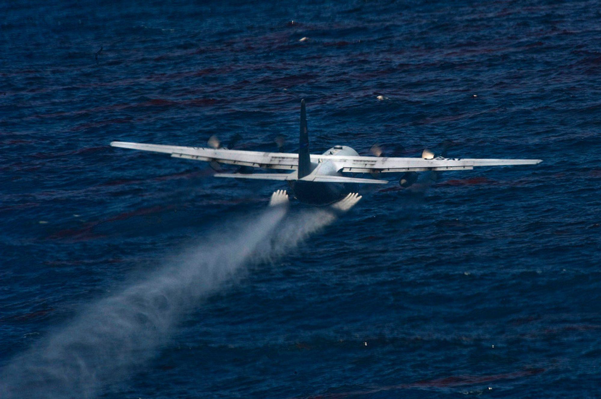 Oljeutslipp: Et amerikansk C-130 (Herkules) slipper dispergeringsmidler over oljeutslippet i Mexicogolfen.