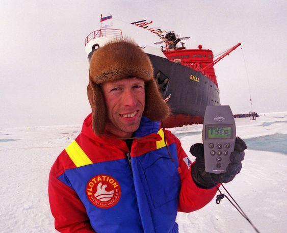 NULL: Norvald Kjerstad på Nordpolen. Atomisbryteren Yamal i bakgrunnen. Kjerstad seilte med denne som mannskap i sommersesongen 1994.
