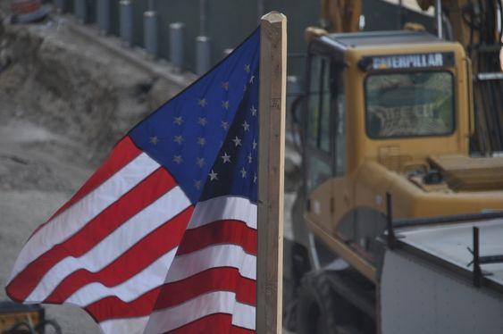 STOLT: Et amerikansk flagg vaier i vinden. Ground Zero må være den byggeplassen i verden med flest flagg. Men det faktum at Freedom Tower ble omdøpt til One World Trade Center, kan tyde på at patriotismen har avtatt noe siden 2001.