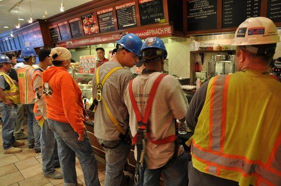Essex World Café i Liberty Street er det mest populære lunsjstedet for anleggsarbeiderne. Hamburgere og penger skifter eier i et ufattelig tempo.