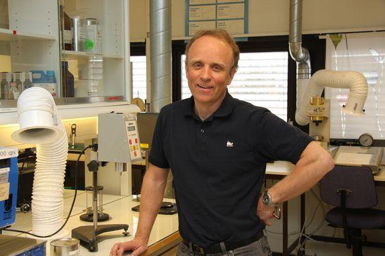 LOVER MER: FoU-direktør Bent Haflan i Jotun sier det er 30 år siden selskapet sluttet med ftalater. Til høsten slipper konsernet nye produkter som skal erstatte den siste interiørmalingen med løsemidler.