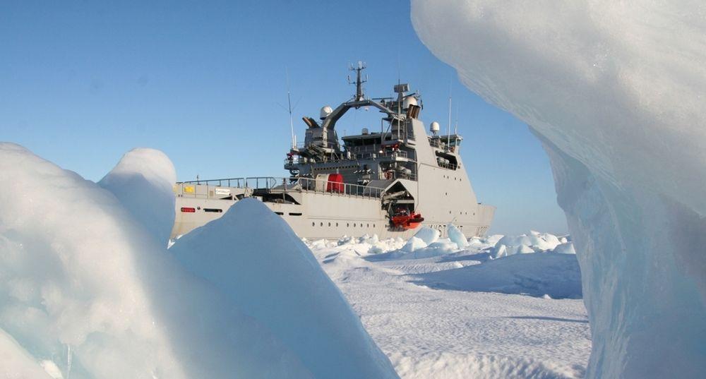 ARKTIS UTFORDRER: Is er en av de mange utfordringene industrien møter på når de skal inn i arktiske strøk. Her fra kystvakten på Svalbard.