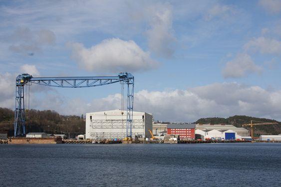 KLARGJØR: Klart for å montere Kværner-skilt på anlegget på Stord. I 55 år har Stord-verftet tilhørt Aker-systemet.