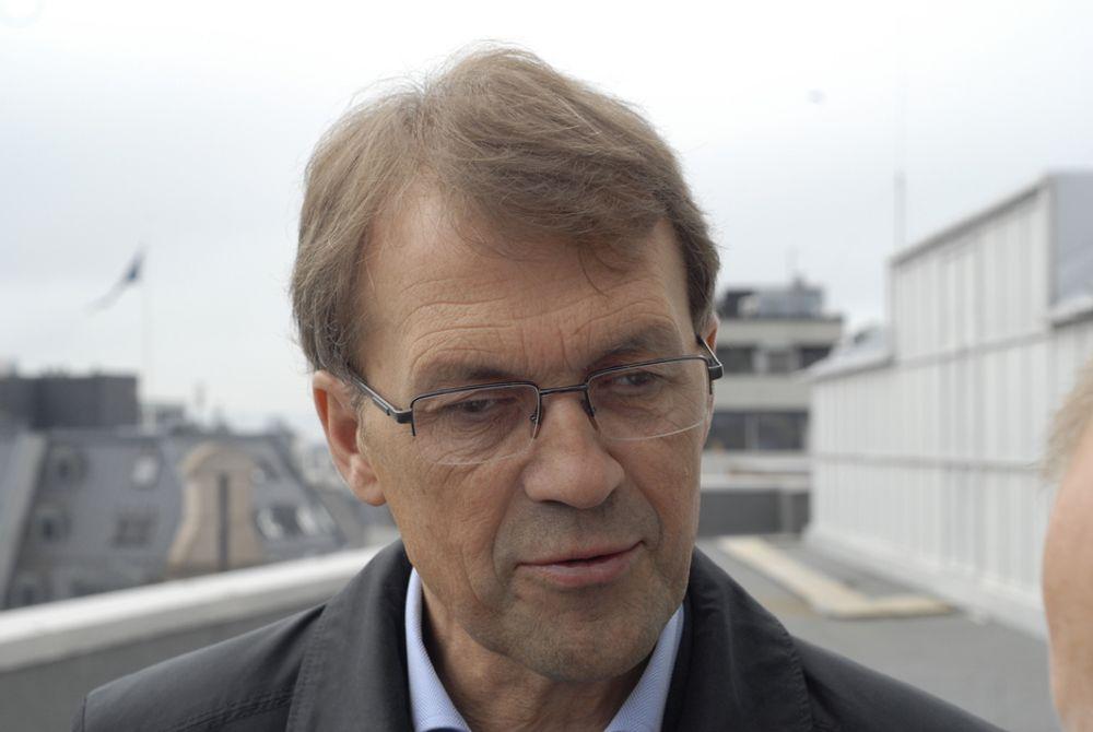 Norske Skog selger mindre papir enn før, og derfor anbefaler styreleder Eivind Reiten og resten av styret at fabrikken på Follum opphører.
