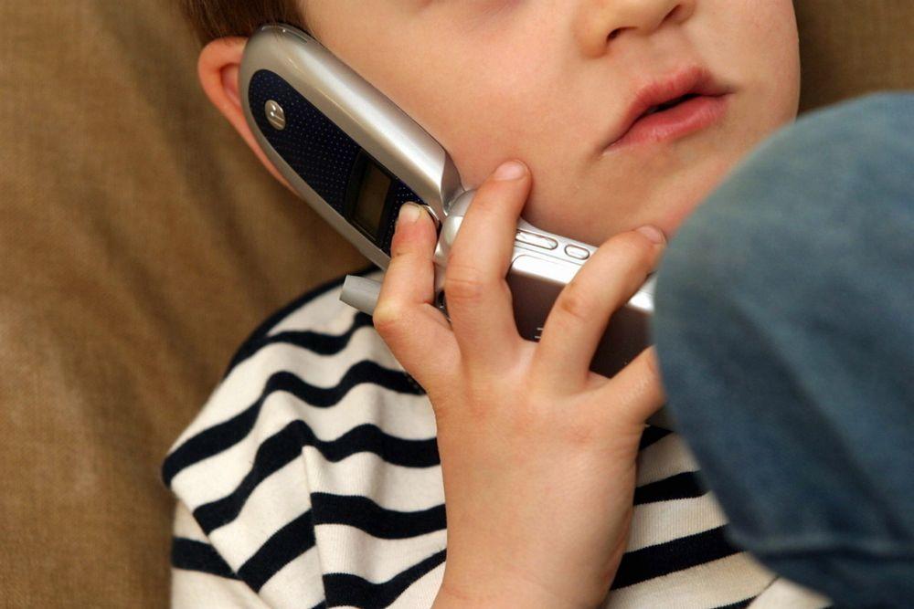 IKKE FARLIG? Stråling fra mobiltelefoner ser ikke ut til å føre til økt risiko for hjernekreft hos barn, konkluderer ny internasjonal undersøkelse.